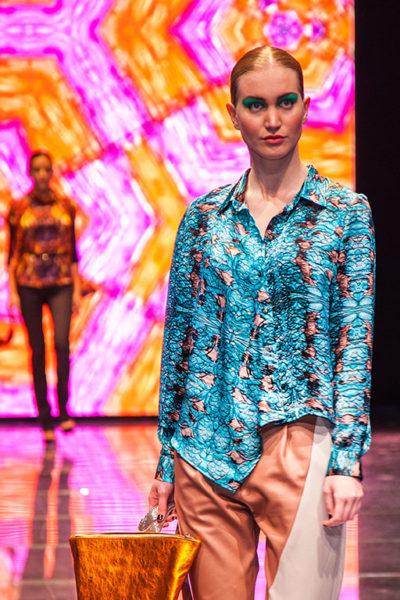 Az autista művészek különleges világa és látásmódja köszön vissza a VAM Design Centerben tartott divatbemutató kollekcióin.